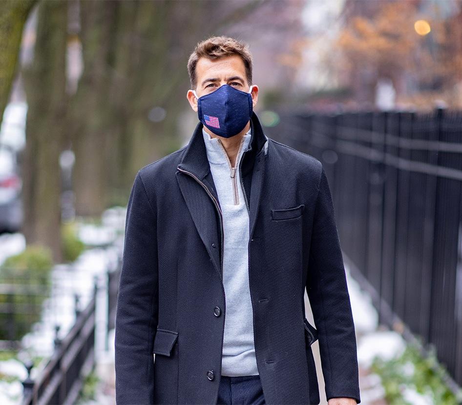 Photo of Alexi Giannoulias with a mask on.